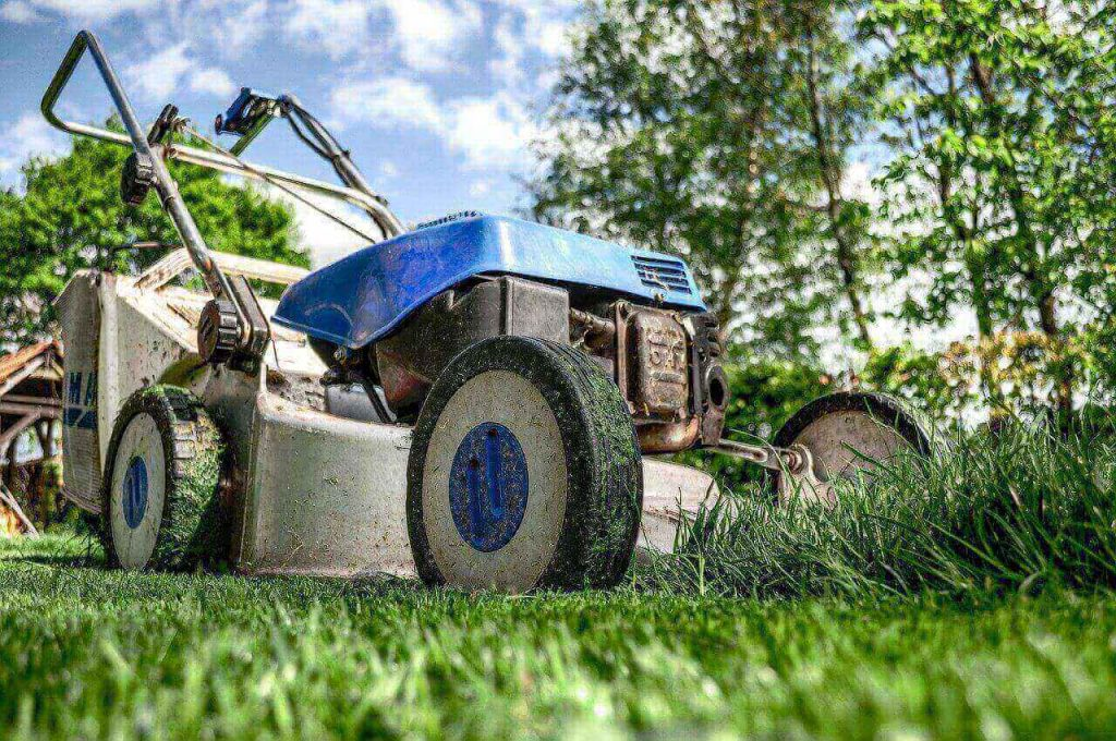 Best self-propelled lawn mower under 300